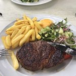 Steak with fries and bearnaise sauce