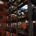 Drapeau mexicain a l'entrée du restaurant , intérieur de l'hôtel et vue sur la place depuis le r