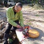 Ángel, nuestro guía, preparando el picnic.