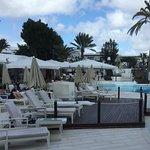 Pool bar and pool