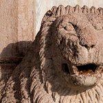 particolare delle colonne antistanti la chiesa