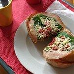 Sanduíche de peito perú, tomates secos e rúcula