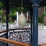 Detalle del gazebo, mesas, cascada en los jardines del Emperador