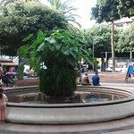 Una pila con una ñamera centenaria preside la Plaza del Charco