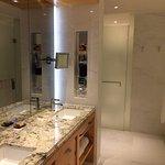 Espace de toilette, au fond WC séparés, à droite baignoire et espace douche séparé