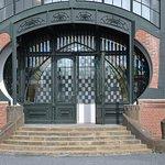Das oft bewunderte Jugendstil-Tor zur Maschinenhalle erstrahlt nach der Renovierung im neuen Gla
