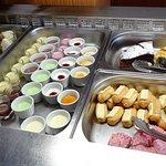 l'espace desserts : avec des pâtisseries à la française.