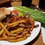 Burger mit Cheddar und gebratenen Zwiebeln