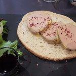 Tartine de foie gras sur pain chaud, confiture de figues, vin aux épices (Canelle)