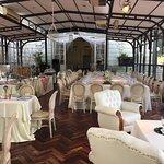 La mesa más amplia estaba reservada para una reunion de té cumpleañero.
