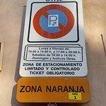 Señal de estacionamiento de zona naranja