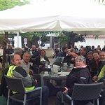 Pause déjeuné pour un groupe de motard. Motos en sécurité sur le parking devant le restaurant.