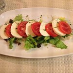 Fresh mozzarella and tomato salad (starter).