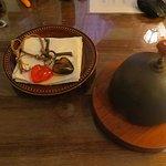 Mesa de recepción con corazones y la campana (que tiene su historia!)