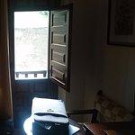 Vista al muro de hormigno al abrir la ventana