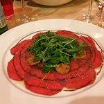 carpaccio de boeuf avec des miettes de foie gras et spéculoos, un vrai délice!