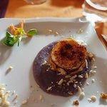 Robiola di capra caramellata con salsa di barbabietole e frutta secca