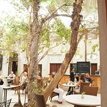The courtyard during a weekday brunch.