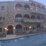 เป็นโรงแรมที่สวยมาก อาหารบุฟเฟ่ที่อร่อยมาก มีหลากหลาย ที่พักสะอาด ตื่นมาเห็นภูเขาจอมปลวกที่สวยงา