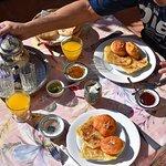 le petit déjeuner sur la terrasse, un pur bonheur avec des msemmens et patisseries maison....