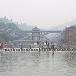 Vue sur le passage piéton au-dessus de la rivière
