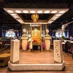 一進入門口就是印尼進口國王椅 閃耀金色光芒