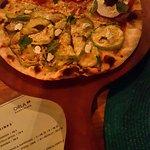 Pizza metade caprese e metade abobrinha com queijo de cabra.