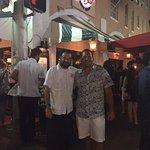 Foto con nuestro mozo amigo, Romel. Excelente atención!!! Nos encanta este lugar. =)