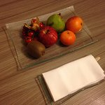Joli plat de fruits variés d'accueil dans la chambre