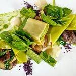 Zweierlei offene Ravioli / Shi Take Pilze / Spinat / Kartoffelespuma / karamellisierte Zwiebel