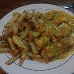 Spaghetti mit Seafood in weißer Soße und Pommes mit Fisch in Kokosnuss Curry Sauce