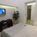 La habitación con distintos tipos de iluminación y la persiana automática