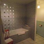 salle de bain, wc très spacieuse