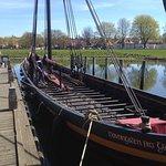 Un des bateaux vikings à visiter dans le port devant le musée