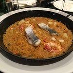 Excelente arroz con gambas, calamares y merluza fresca. Menú muy completo
