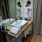 Das Bad und die Dusche befinden sich direkt im Zimmer.