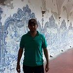 Las paredes estan totalmente pintadas, hay que mirar cada pintura.
