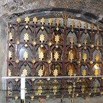 Le reliquaire derrière sa grille dans la crypte