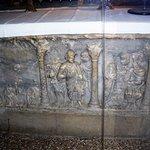 Face du sarcophage (Jésus devant Pilate se lavant les mains)