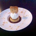 Crème renversée caramel sur son île et sa tuile amandes