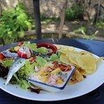 Salade du pêcheur - fruits de mer et poisson selon arrivage sur pommes de terre chaude
