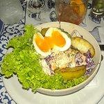 Ensalada con huevo tierno y manzanas caramelizadas... Muy buena!