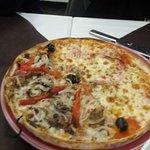 Puedes elegir dos sabores de pizzas