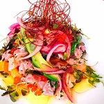 Ceviche xdF,salmón,atún rojo,aguacate,cilantro,ají,lima,quicos y cebolla morada.