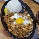 Ummm... otro delicioso plato a base de carne, huevo y arroz