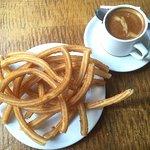 Desayuno típico: café o chocolate con churros