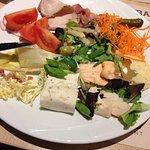 Buffet d'entrées et ravioles au fromage italien