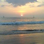 Cocher de soleil sur la plage de l'hôtel
