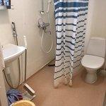 Kylpyhuoneen muoviseinät repsottaa ja tilat ollakseen tarkoitettu neljälle hengelle todella pien