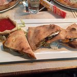 La famosa pizza con le verdure e la salsa fredda